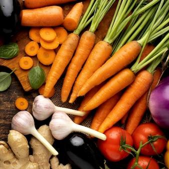 Vue de dessus tas d'arrangement de légumes frais