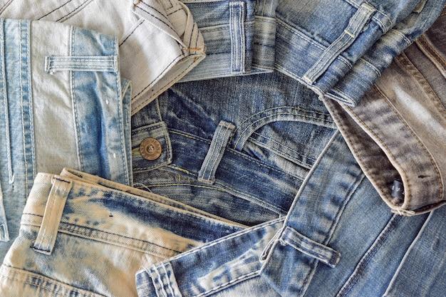 Vue de dessus tas de blue jeans