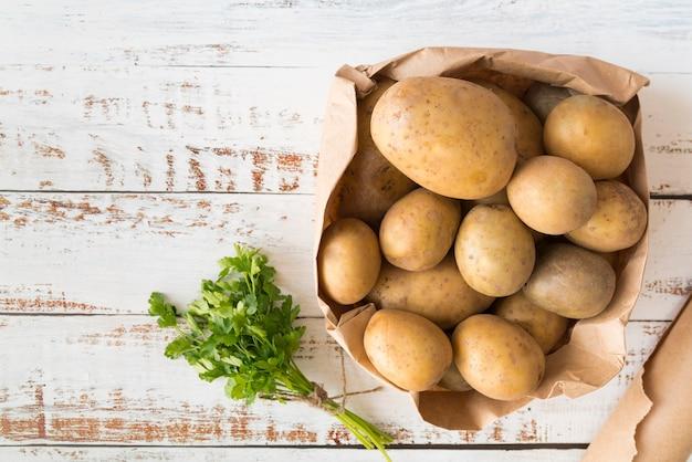 Vue de dessus des tas de pommes de terre dans un sac en papier