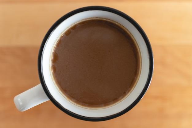 Vue de dessus de la tasse blanche de café chaud sur la table