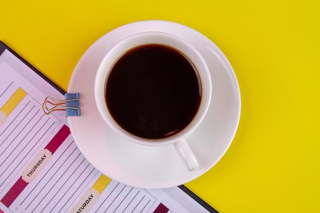 Vue de dessus tasse blanche de café fort et liant papier.