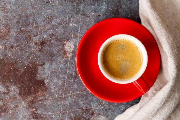 Vue de dessus tasse de café avec une assiette