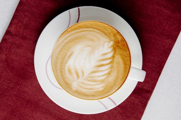 Vue de dessus d'une tasse de café au lait sur la table