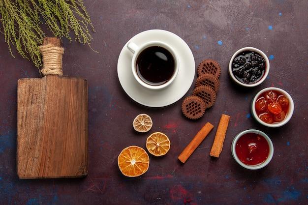 Vue de dessus tasse de café avec des biscuits au chocolat et des confitures de fruits sur le fond sombre biscuit aux fruits doux biscuit sucré