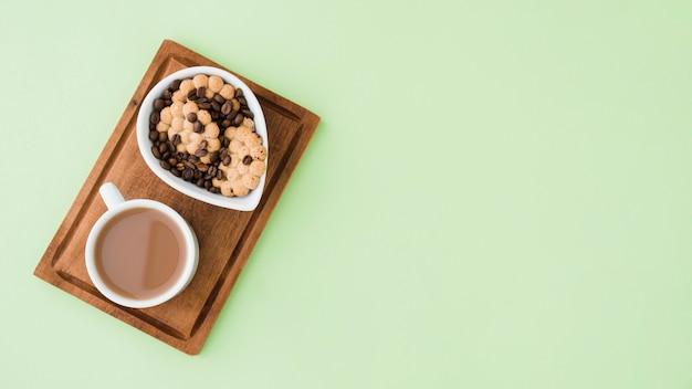 Vue de dessus tasse de café avec des biscuits