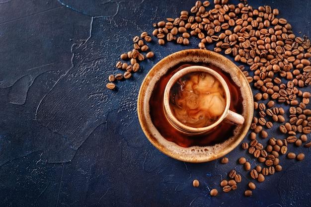 Vue de dessus de la tasse de café sur bleu