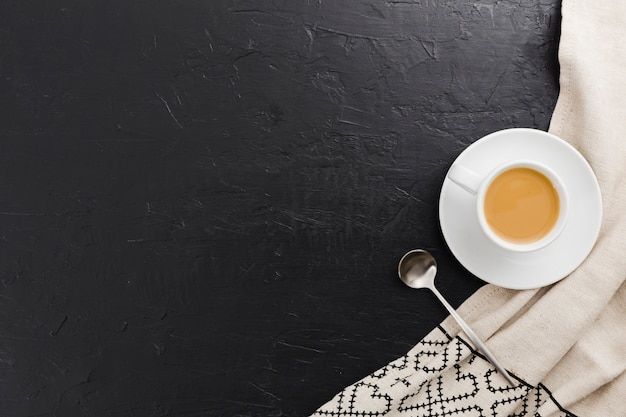 Vue de dessus d'une tasse de café avec une cuillère