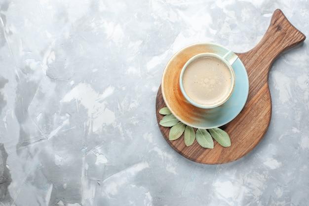 Vue de dessus tasse de café avec du lait à l'intérieur de la tasse sur le bureau blanc boire café lait bureau espresso americano