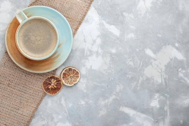 Vue de dessus tasse de café avec du lait à l'intérieur de la tasse avec un bureau blanc boire du café au lait expresso americano