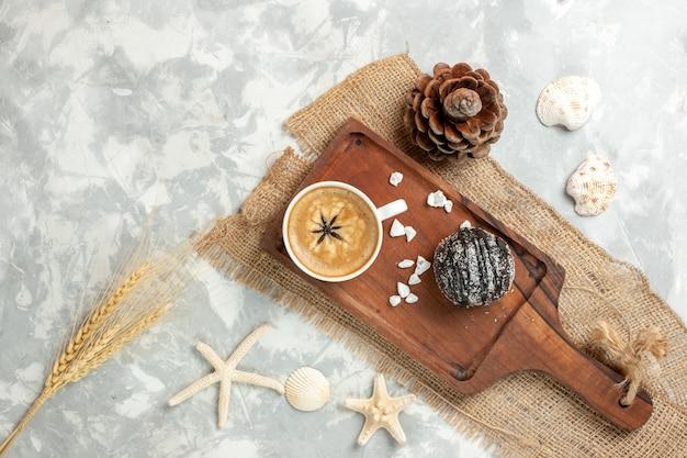 Vue de dessus tasse de café expresso avec un gâteau au chocolat sur une surface blanche légère biscuit gâteau au chocolat biscuit sucré