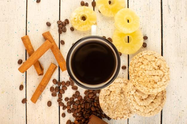 Une vue de dessus tasse de café avec des graines de café brun frais craquelins à la cannelle