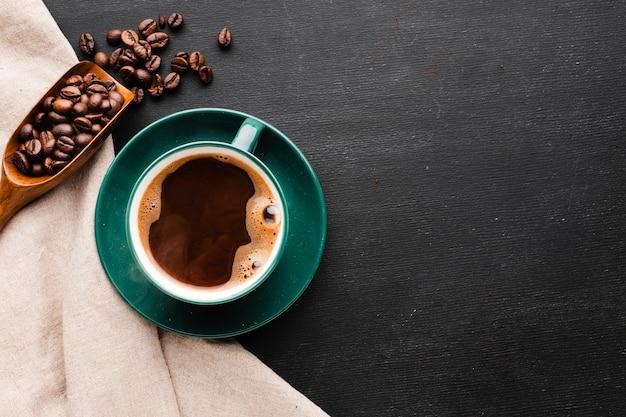 Vue de dessus tasse de café avec des haricots grillés