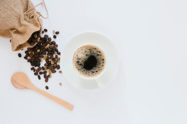 Vue de dessus de tasse à café et sac