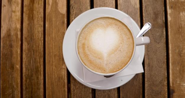 Vue de dessus de la tasse à cappuccino avec art au latte