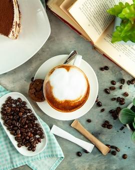 Vue de dessus tasse de cappuccino avec biscuits