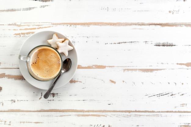 Vue de dessus de la tasse à cappuccino sur une table en bois blanche