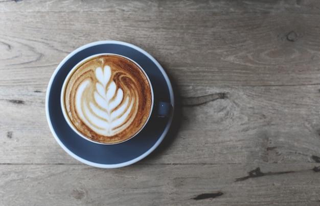 Vue de dessus d'une tasse de latte chaud avec du lait d'art