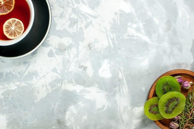 Vue de dessus tasse de thé au citron et kiwi sur un mur blanc thé boire des fleurs de citron