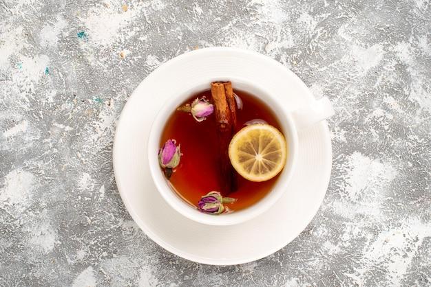 Vue de dessus de la tasse de thé au citron sur une surface blanche