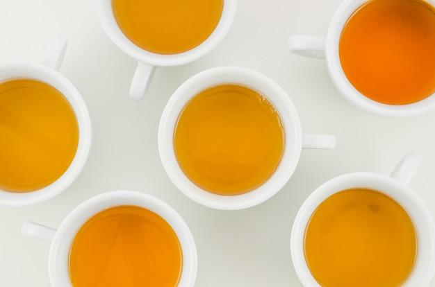 Une vue de dessus de la tasse de thé à base de plantes sur fond blanc