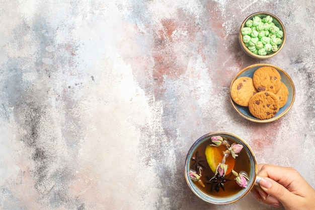 Vue de dessus tasse de thé avec des bonbons