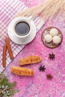 Vue de dessus tasse de thé à la cannelle et bagels sur rose