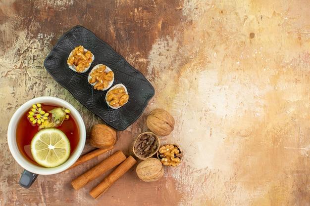 Vue de dessus tasse de thé à la cannelle et confitures sur un bureau léger