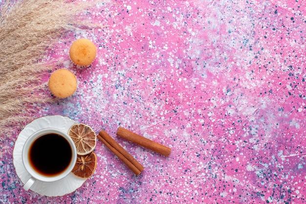 Vue de dessus d'une tasse de thé à la cannelle sur une surface rose