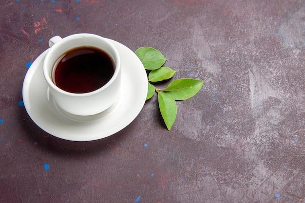 Vue de dessus tasse de thé sur l'espace sombre