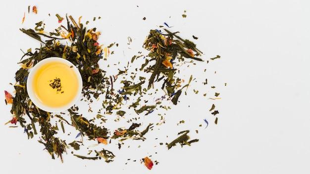 Vue de dessus tasse de thé avec des feuilles sèches