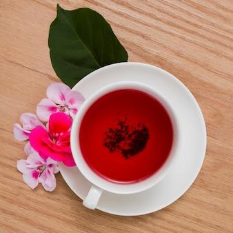 Vue de dessus tasse de thé avec des fleurs
