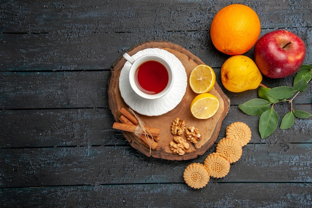 Vue de dessus tasse de thé avec des fruits et des biscuits