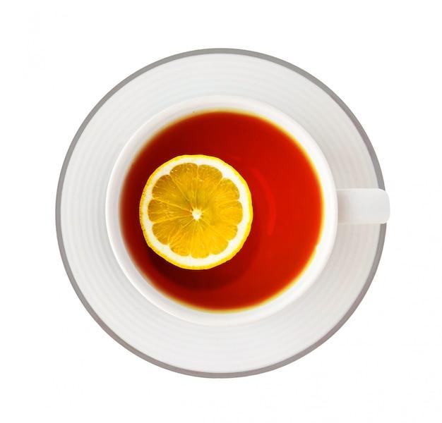 Vue de dessus de la tasse de thé noir au citron isolé