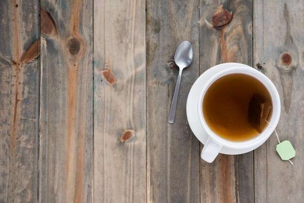 Vue de dessus tasse de thé sur une table en bois