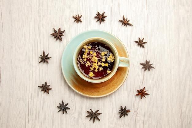 Vue de dessus tasse de thé sur une tasse en verre de cérémonie du thé de bureau blanc