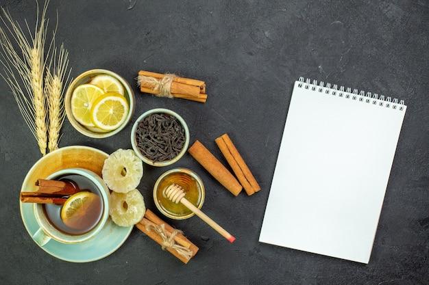 Vue de dessus tasse de thé avec des tranches de citron et du miel