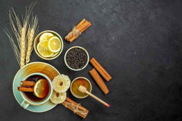 Vue de dessus tasse de thé avec des tranches de citron