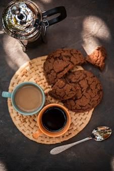 Vue de dessus des tasses de café avec des biscuits