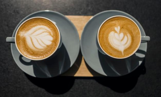 Vue de dessus des tasses de café décorées faites par barista