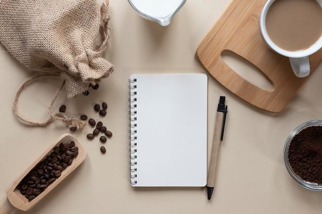 Vue de dessus des tasses de café sur la table