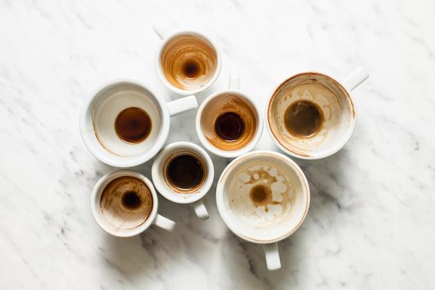 Vue de dessus des tasses de café vides et sales, concept d'afterparty