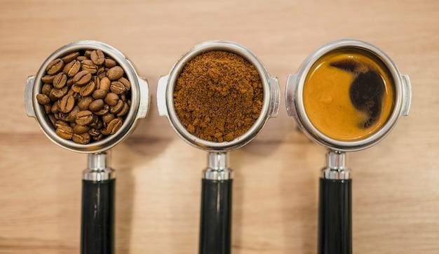 Vue de dessus des tasses de machine à café avec différentes étapes du café