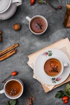 Vue de dessus tasses avec thé et anis étoilé