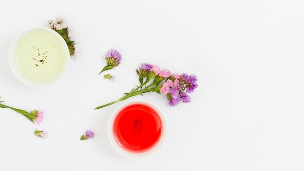 Vue de dessus des tasses de thé avec des fleurs
