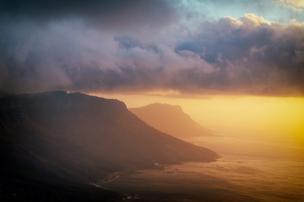 Vue de dessus de tête de lion au coucher du soleil avec de beaux nuages dans le ciel