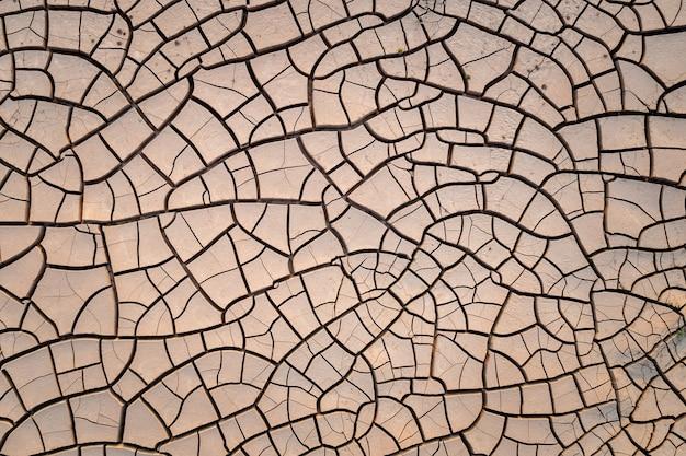 Vue de dessus de la texture du sol du sol sec fissuré à partir d'une caméra de drone
