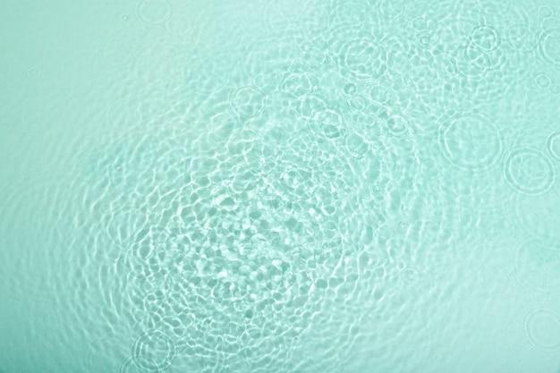 Vue de dessus de la texture de l'eau de mer claire