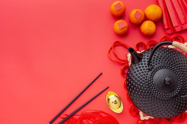 Vue de dessus de la théière et des baguettes nouvel an chinois