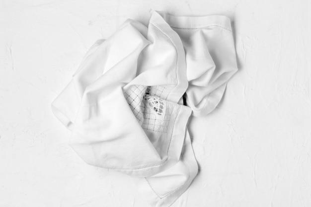 Vue de dessus en tissu blanc sur fond blanc
