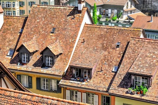Vue de dessus sur les toits de tuiles rouges de la vieille ville européenne